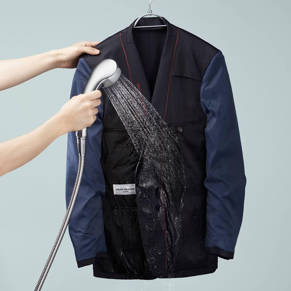 1) กลับด้านในเสื้อและกางเกงออกมาไว้ด้านนอก แล้วนำมาแขวนบนไม้แขวนเสื้อ จากนั้นนำฝักบัว (เปิดน้ำอุ่นประมาณ 40 องศาเซลเซียส) ฉีดใส่เสื้อและกางเกงที่แขวนไว้ เป็นเวลาประมาณ 4-6 นาที