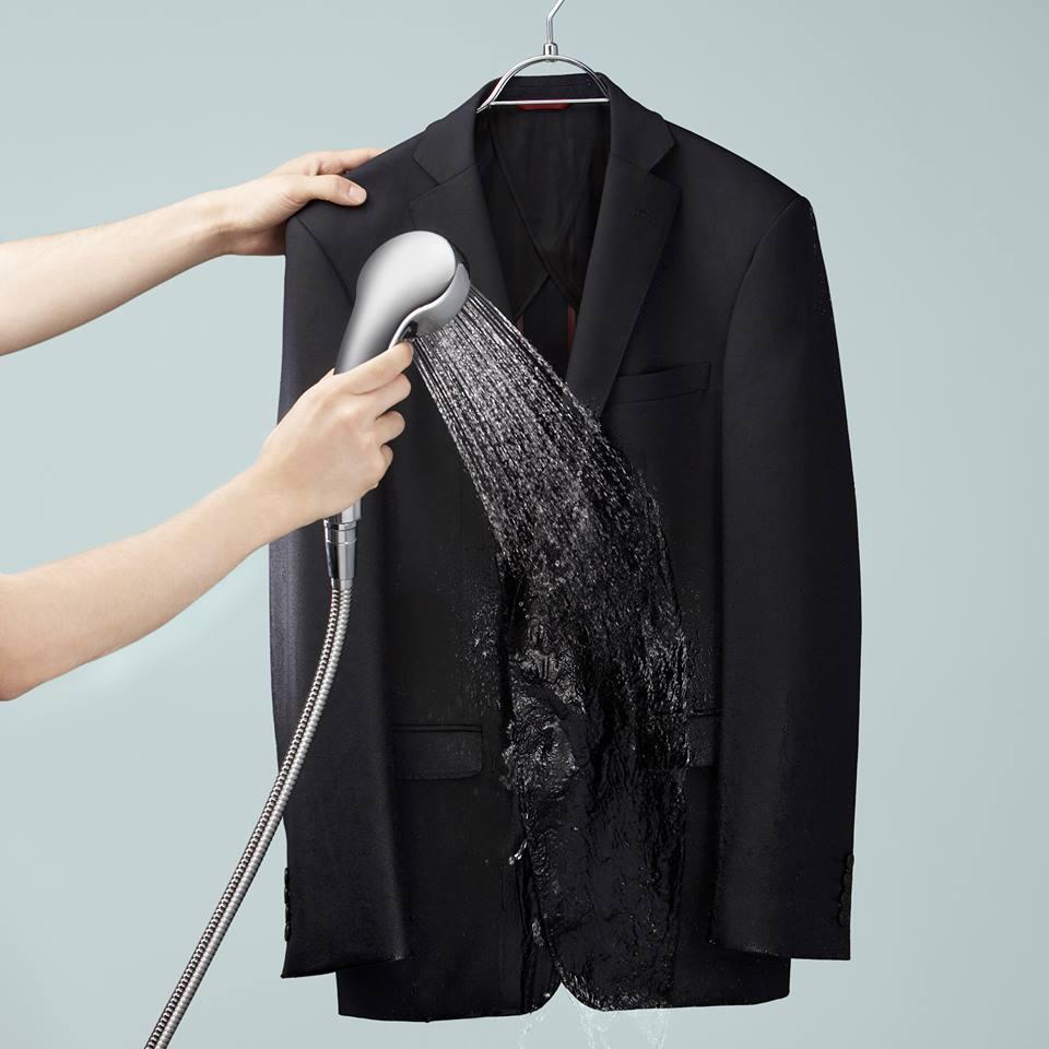 2) กลับด้านนอกออกอีกทีเพื่อให้เสื้อและกางเกงกลับมาอยู่ในสภาพเดิม จากนั้นฉีดน้ำด้วยฝักบัวอีกครั้งเหมือนเดิม แขวนทิ้งไว้จนกว่าไม่มีน้ำหยดลงมาจากเสื้อและกางเกงจึงนำไปตากให้แห้งในบริเวณที่โล่งแจ้งประมาณ 6 ชั่วโมง